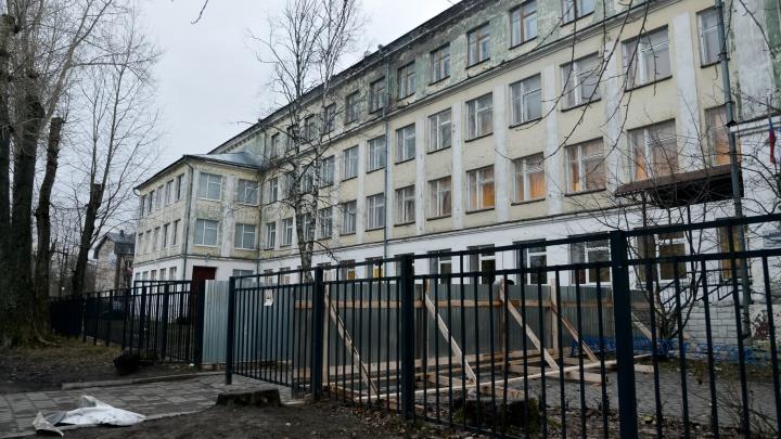Ученики школы №22 в Архангельске, где обвалился потолок, уйдут на каникулы