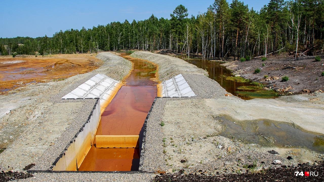 А вот вид в другую сторону: канал для слива воды.Следы ржавчины есть даже на относительно новом бетоне