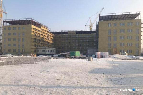 Построить больницу должны были за полгода, но уже несколько раз переносили сроки