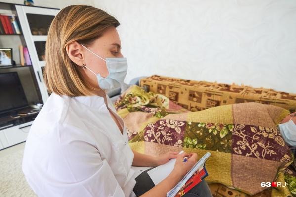 Количество пациентов, которые болеют ОРВИ, пневмонией и даже COVID-19 на дому, растет. И им выписывают лекарства, которые не всегда есть в аптеках