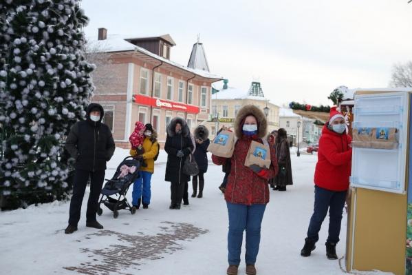 Архангелогородцы стояли в очереди за бесплатными угощениями к праздничному столу