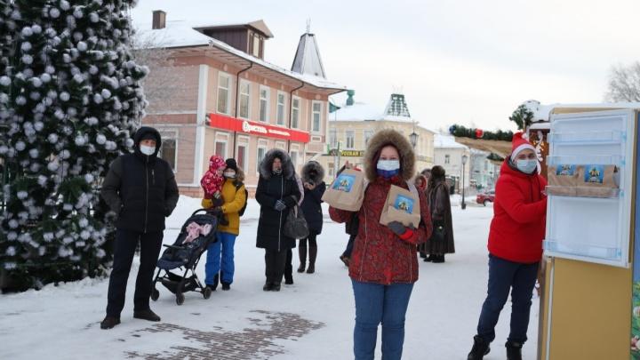 Опустошили за 10 минут: какие подарки жители Архангельска забрали из золотого холодильника