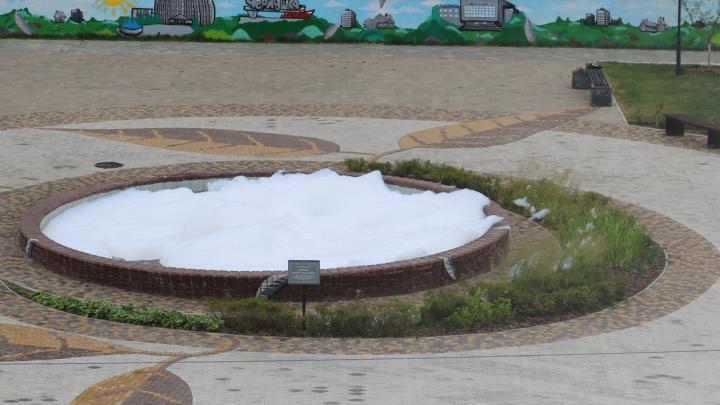 Жители Чернушки налили моющее средство в фонтан. Паблик властей провел опрос, одним из вариантов наказания предложив гильотину