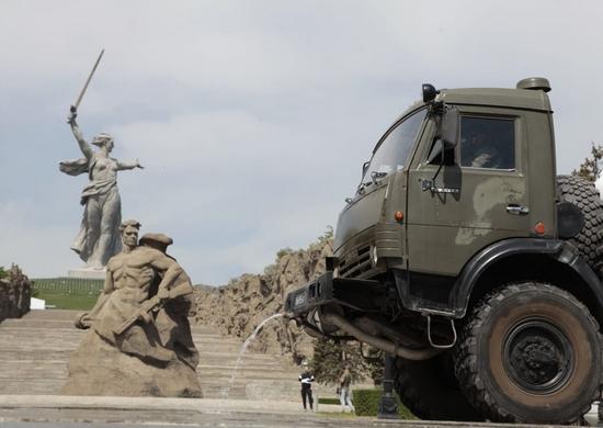 В Волгограде военные продезинфицировали от коронавируса Мамаев курган