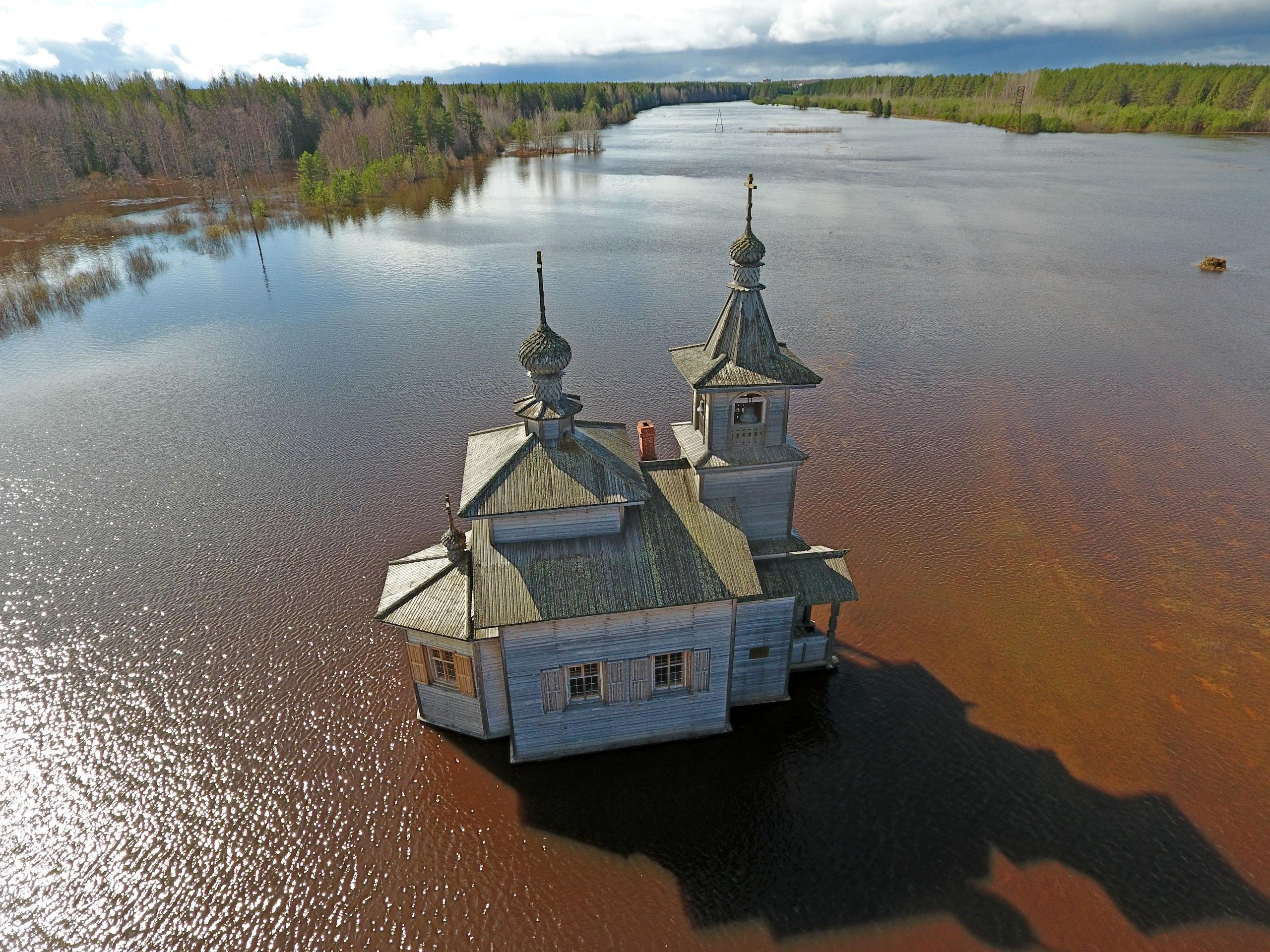 Затопленный рекой ПинегойСвято-Артемиево-Веркольский монастырь