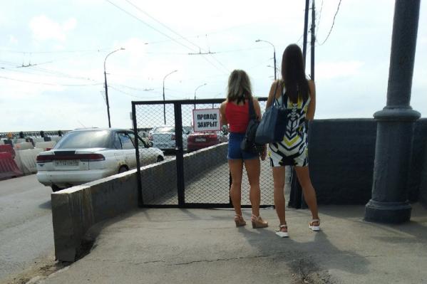 Пешеходам передвигаться по мосту сейчас опасно