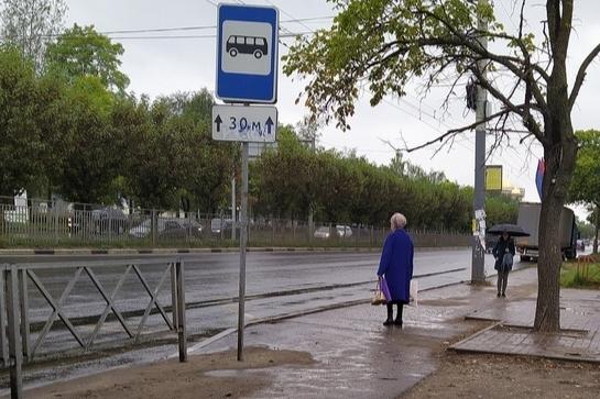 Люди мокнут под дождем: в Ярославле с остановок пропали павильоны