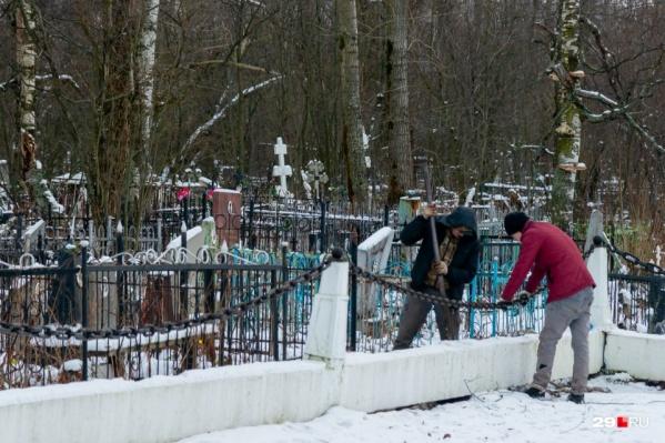 Тела пациентов, погибших от COVID-19, привозят на кладбище, не открывая гроб