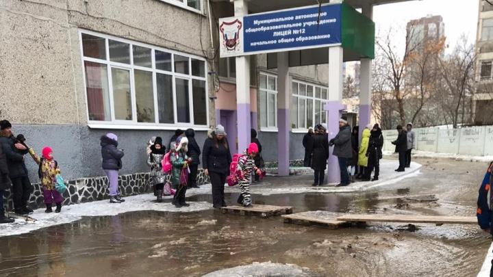 Дети идут в школу по лужам: улицу Опалихинскую затопило из-за прорванной трубы