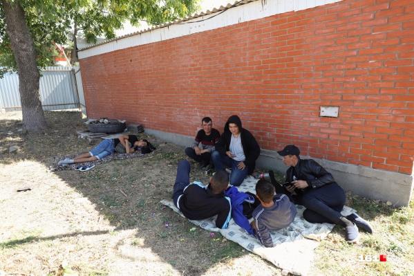 Не все узбеки смогли попасть в подготовленный лагерь, и им пришлось разместиться прямо на земле