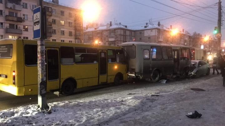 «Chevrolet выкинуло на встречку»: появились фото аварии с автобусом на Безымянке