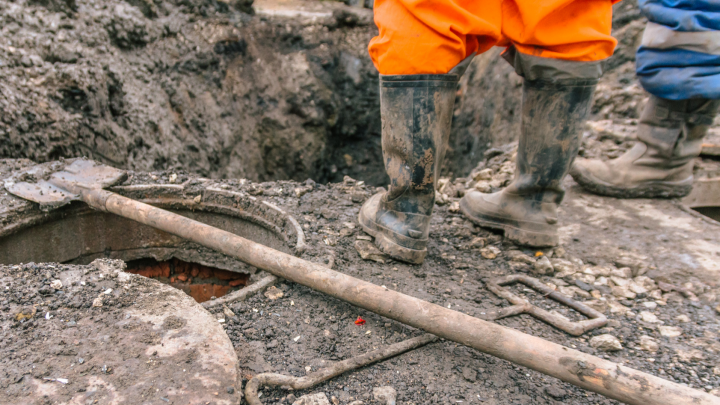 В Самаре при ремонте трубы на Скляренко коммунальщики испугались взрыва