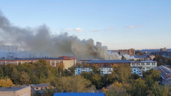 В Новосибирске загорелся завод — улицы вокруг заволокло дымом