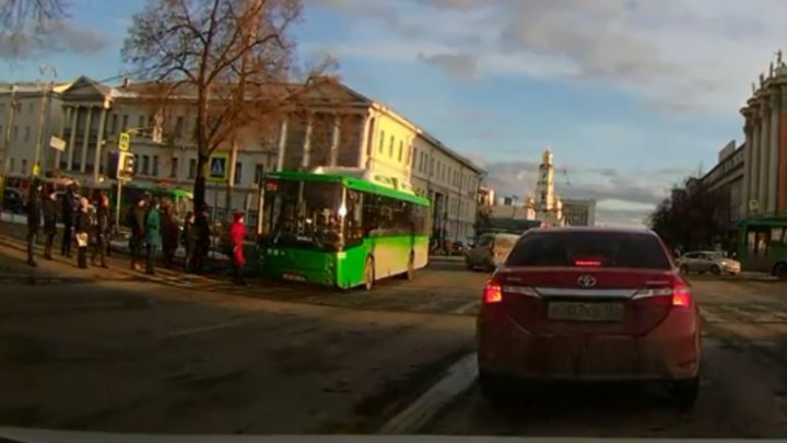 Появилось видео, как автобус сбил женщину на площади 1905 года