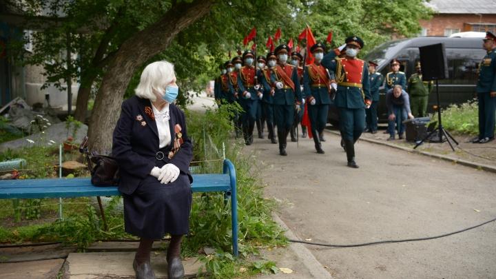 В Екатеринбурге военные устроили парад для медсестры, которая расписалась на Рейхстаге
