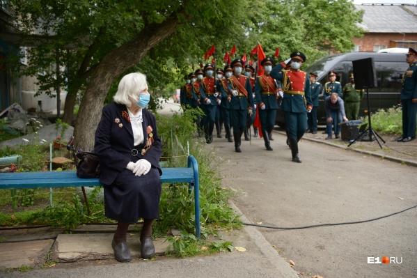 Взвод роты почетного караула маршировал у подъезда Тамары Гавриловны