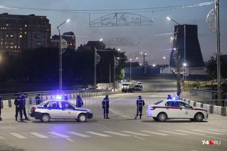 Неожиданно для всех водителей в 22 часа полиция оцепила центральные улицы города, примыкающие к месту запуска салюта — набережной у Торгового центра