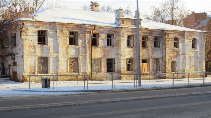 Покупка с подвохом: власти хотят продать столетнюю ночлежку на Даудельной за один рубль