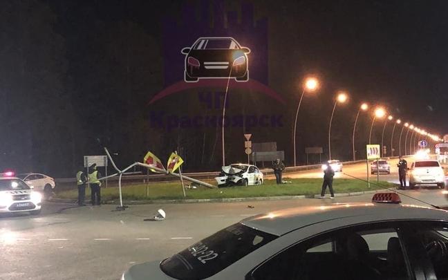 «Неудачная посадка»: спешащий в аэропорт таксист снес столб