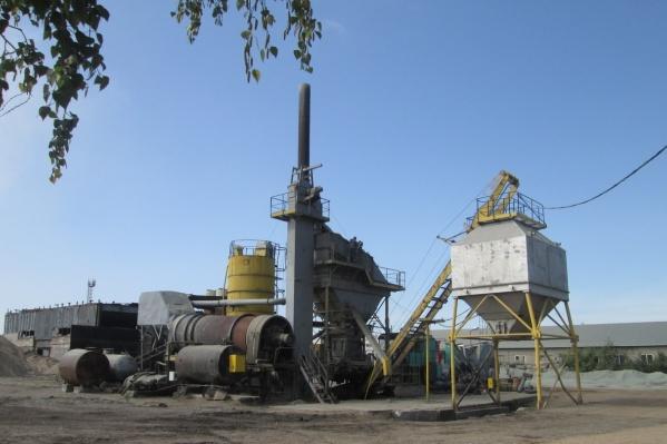 Завод расположен в 20 километрах от Омска
