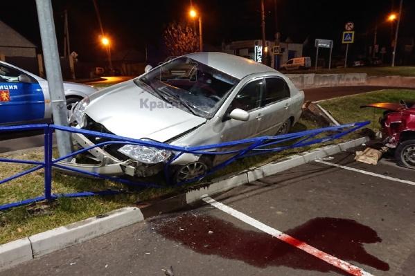 Пьяный мужчина снёс бордюр и забор на парковке у гипермаркета