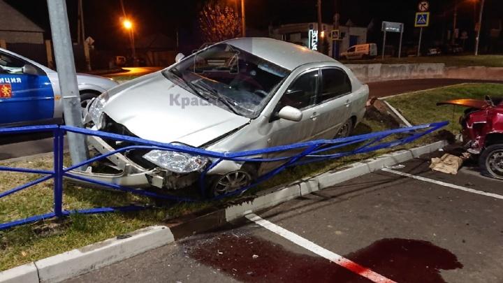 Пьяный красноярец снёс ограждения и врезался в автомобиль на парковке у «Ленты»