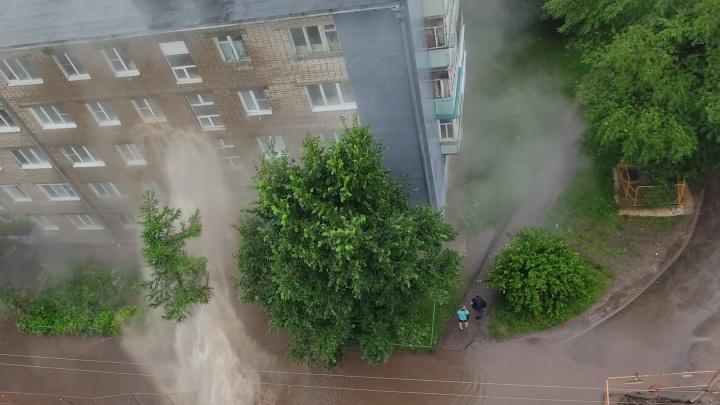 «Хана дому»: в Ярославле четырехэтажный гейзер бил кипятком людям в окна. Видео