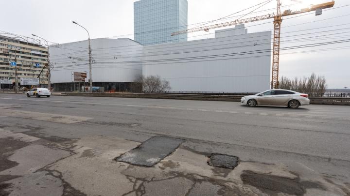 Одни залатали — другие появились: в Волгограде продолжает разрушаться асфальт на Астраханском мосту