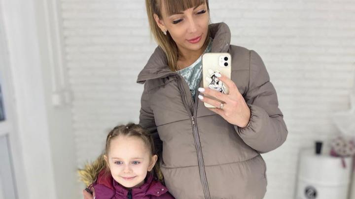 Молодая мать рассказала, как ее 6-летняя дочь могла заразиться коронавирусом