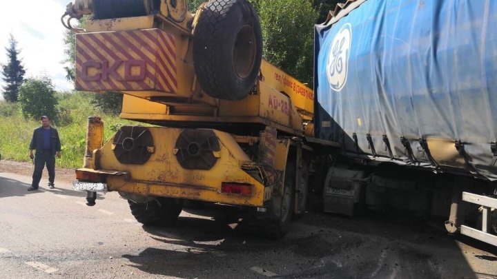 В Прикамье на трассе столкнулись автокран и фура: один из водителей погиб