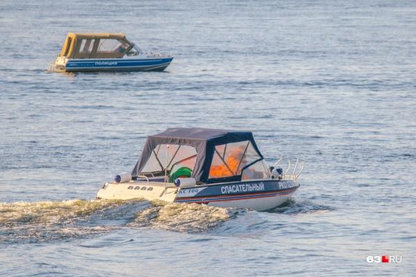 Утонувших искали водолазы экстренных служб