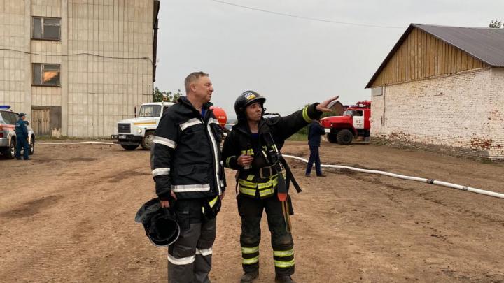 В тушении пожара на кирпичном заводе в Башкирии задействовали 67 человек и 24 спецмашины