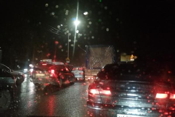 Сотни водителей встали на Бердском шоссе в глухой пробке