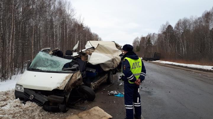 На Свердловской трассе грузовик протаранил микроавтобус: две пассажирки погибли, еще двое пострадали