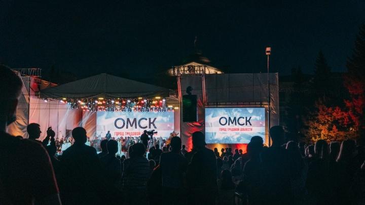 Селфи с мэром и салют под музыку: фоторепортаж о празднике, ради которого перекрыли центр Омска