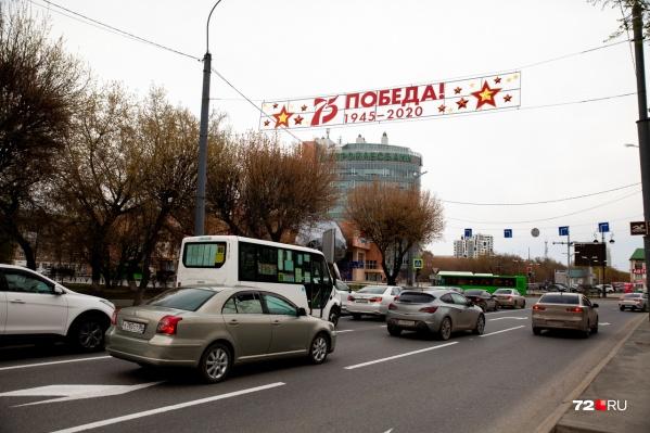 Город активно украшают праздничной символикой