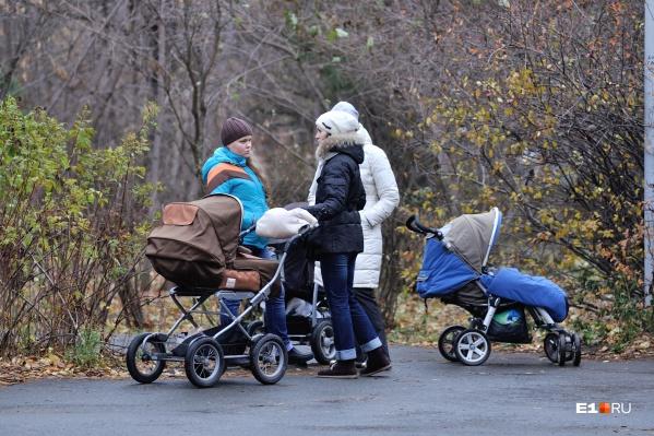 Рождаемость продолжает падать, а смертность в Свердловской области выросла