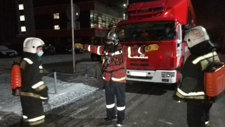 Огонь тушили в СИЗах: ночью на Уралмаше случился пожар в ковидном обсерваторе