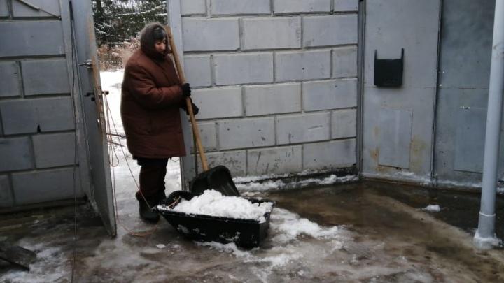 Под Екатеринбургом перемерзший ручей устроил зимний потоп в частном секторе: видео