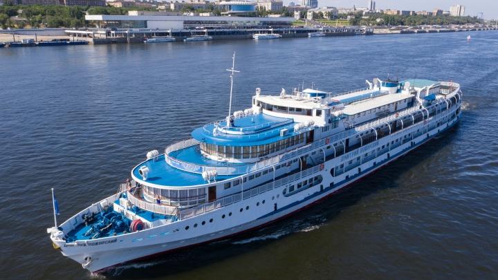 «Седые» старики и молодые чернорабочие: волгоградскую акваторию вновь наполнили теплоходы и грузовые суда