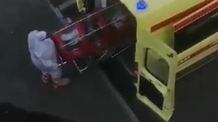Видео: как в больницу Середавина доставили больного с подозрением на COVID-19