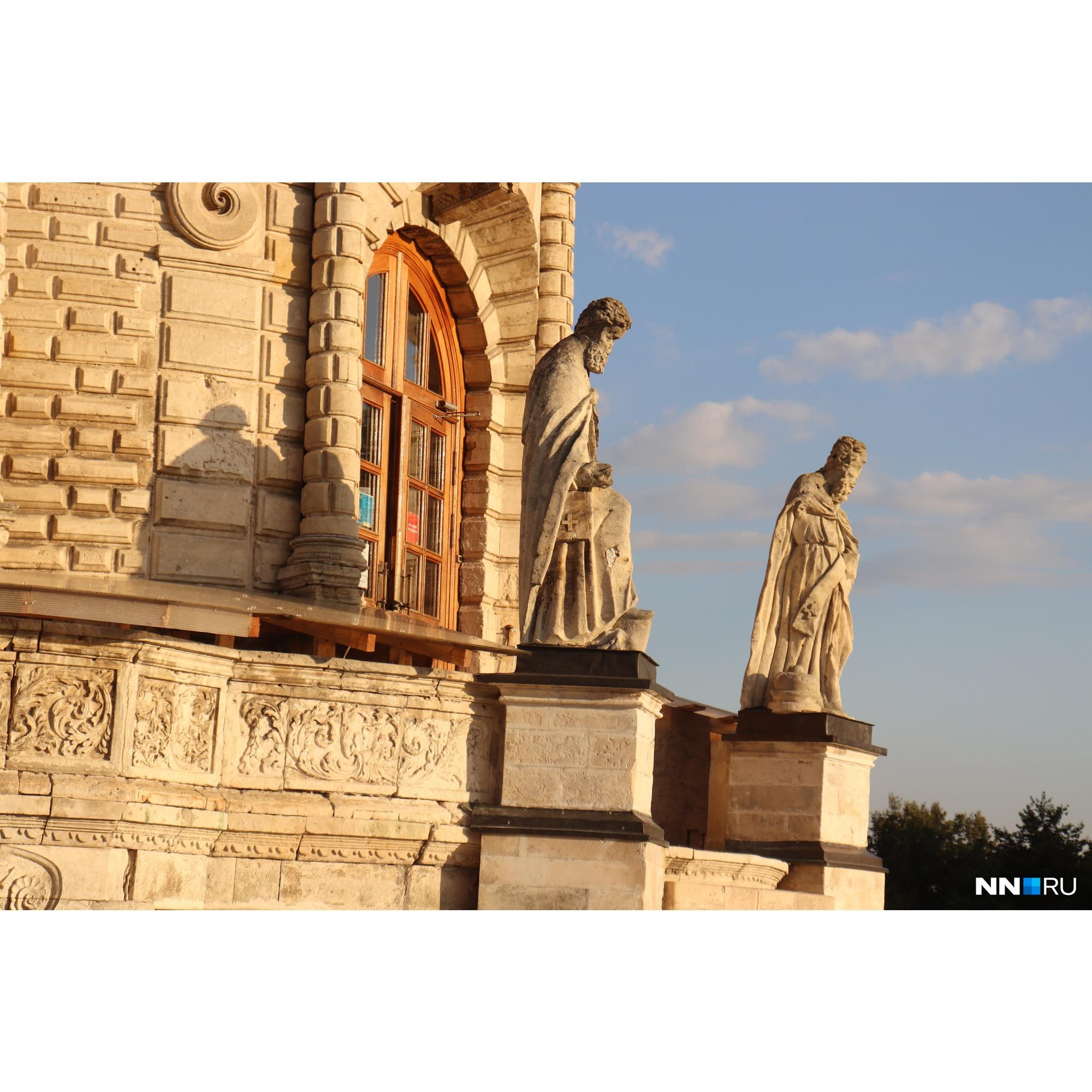 Двенадцать фигур апостолов разделяют грани восьмерика: восемь скульптур по его углам и четыре — перед окнами