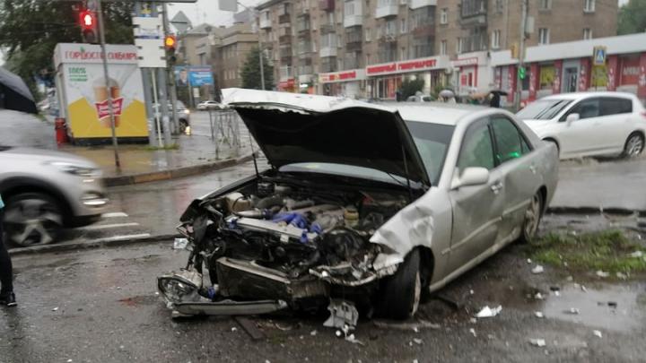 Две легковушки столкнулись у площади Маркса, пробили металлические ограждения и улетели с дороги