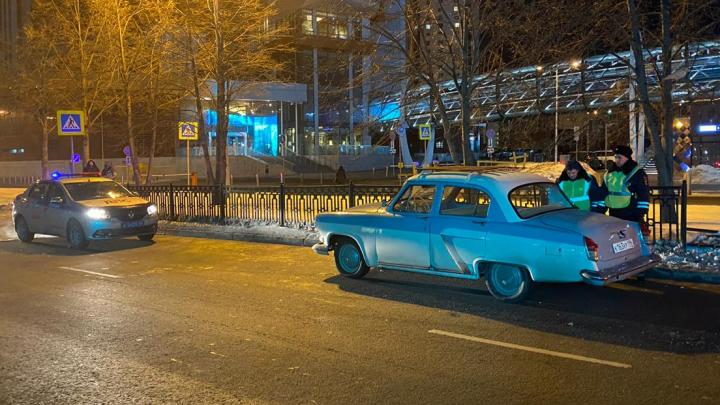 В центре Екатеринбурга ретро-автомобиль попал в ДТП: дверь открылась, и из салона выпала пассажирка