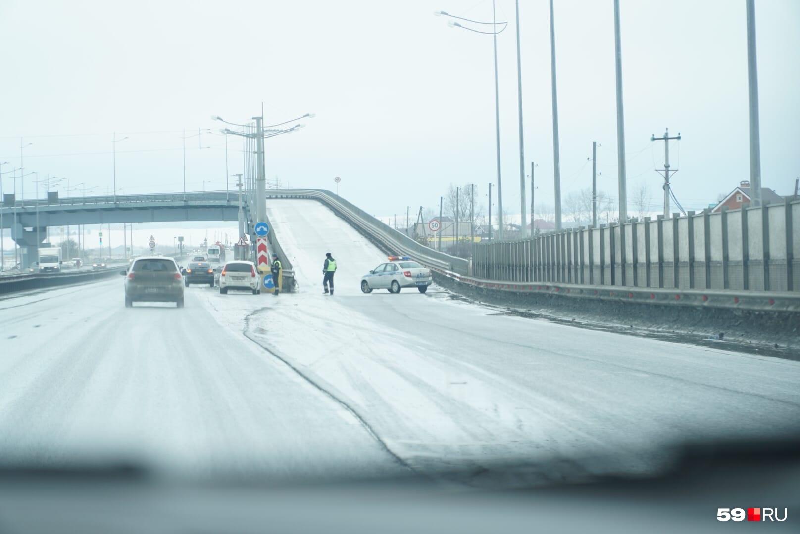 Въезд в аэропорт перегородила полиция