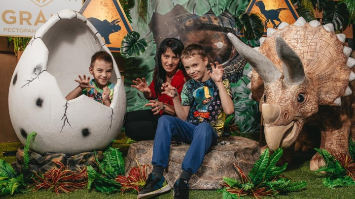 Тираннозавр Рекс, скелеты динозавров и пиньяты с сюрпризами: в ресторане BY Grand прошла DINO PARTY