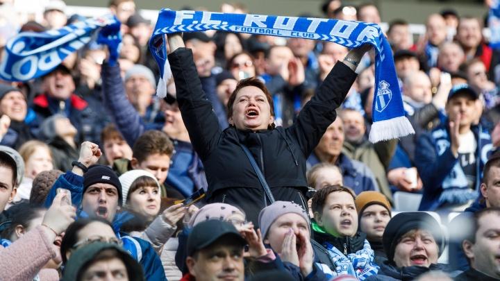 В белых халатах и синих шарфах: на трибунах «Волгоград Арены» собрались больше 20 тысяч зрителей