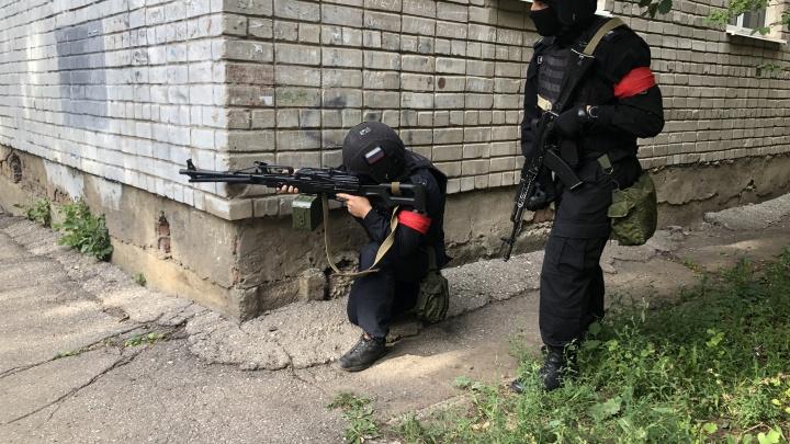 В Самаре силовики освободили условных заложников из студенческого общежития
