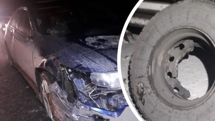 Колесо фуры слетело и разбило Honda: в Екатеринбурге ищут свидетелей ДТП, виновник которого скрылся