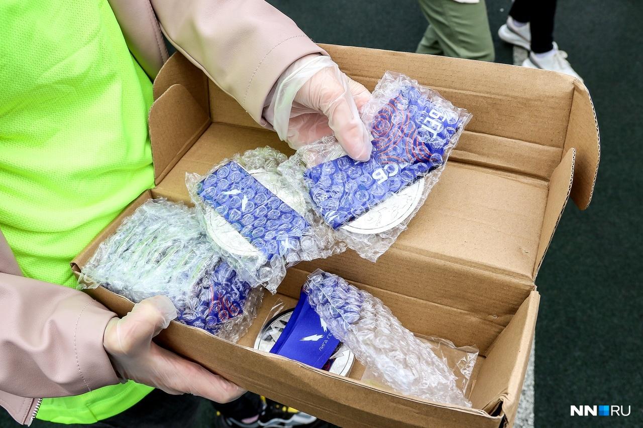 В этом году медали не вешали на шею спортсменам, а отдавали в пакетиках